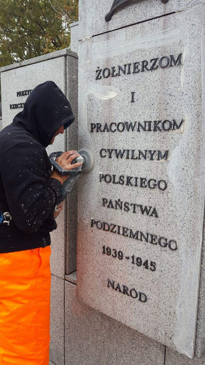 29. ZTP Warszawa - czyszczenie tablic pamiątkowych
